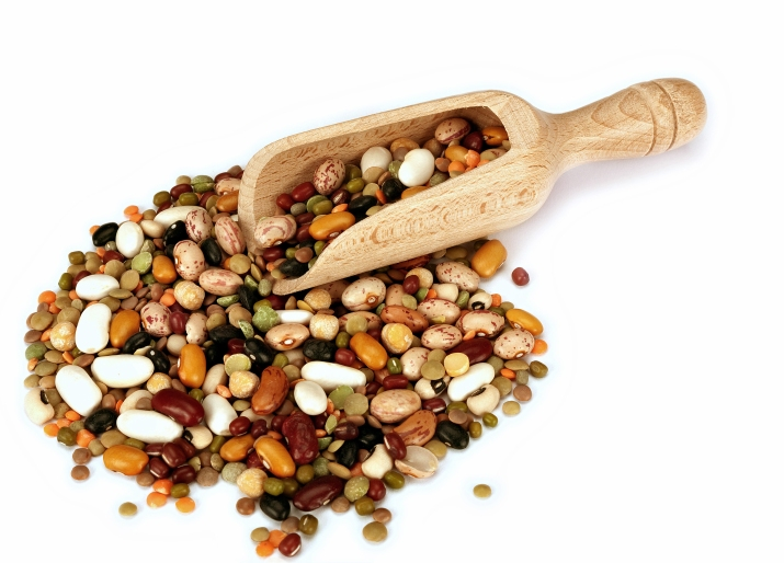 Linser, bønner og erter, samt soyaprodukter og peanøtter er rike på protein, inkludert aminosyren lysin, fiber, vitaminer gruppe B, antioksidanter og mineraler
