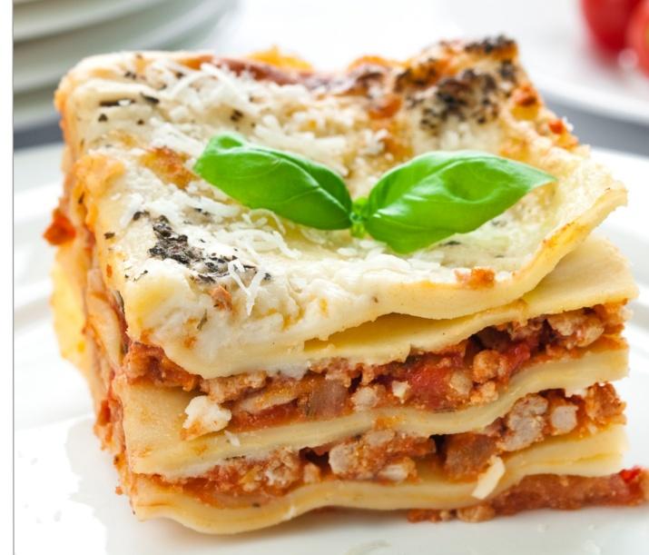 Lasagne laget med linser, grønnsaker og fullkornspasta er sunt og godt