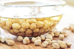 Bløtlegging av bønner, linser, erter, kikerter, nøtter, kjeBløtlegging av belgvekster, nøtter-korn øker-opptaket-næringsstoffer