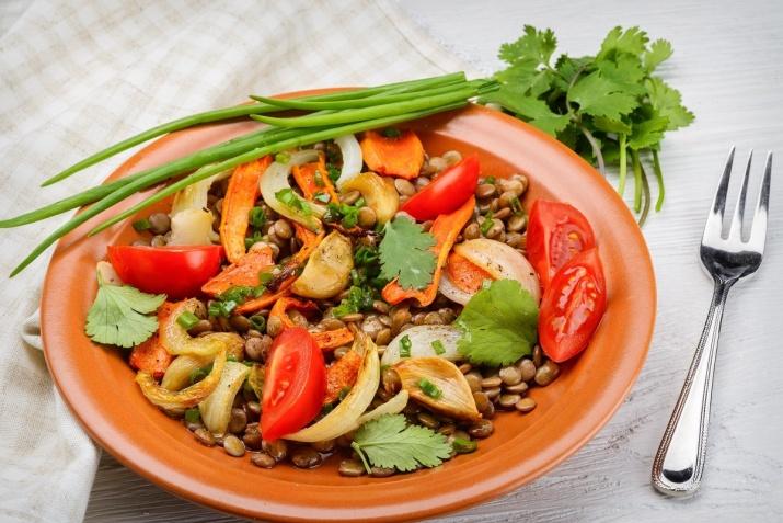 Folat i mat: Bønner, brokkoli, rosenkål, peanøtter og mange andre andre grønnsaker, velgvekster, nøtter og kjerner er sunne og doe kilder til folat (vitamin B9) i kosten