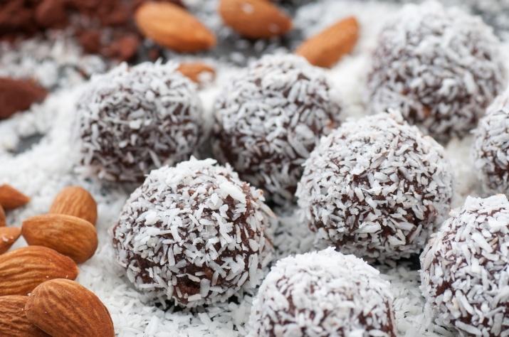 Sunne rå kaker med tørket frukt, nøtter og kakaopulver