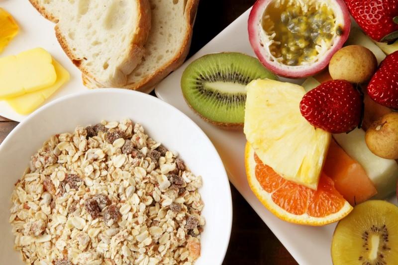 sunn frokost - havre, bær og frukt